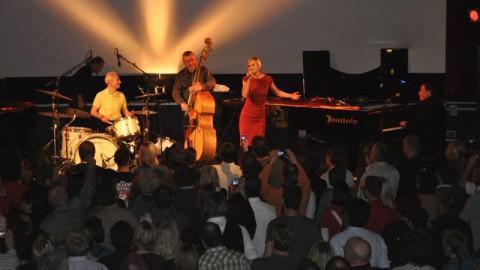 Valerie-live-avec-Charlie-Watts-Rolling-Stones-et-Jools-Holland – copie